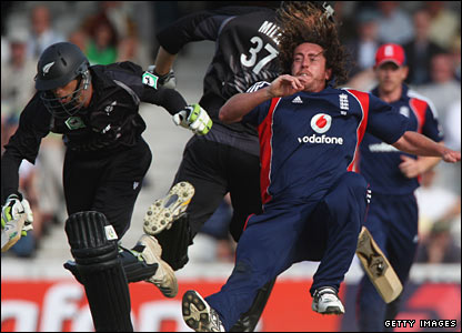 Ryan Sidebottom (right) collides with Grant Elliott (left) - Elliott tumbles over and is controversially run out