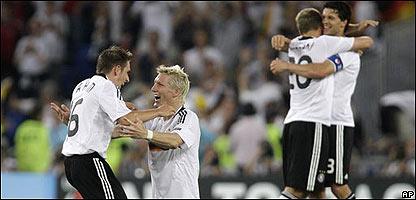 Jugadores alemanes celebran victoria
