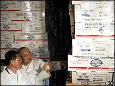 South Korean Agriculture Minister Chung Woon-chun (left) inspects US beef in cold storage