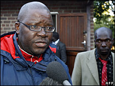 Tendai Biti speaks to the press after leaving prison , 26 June 2008