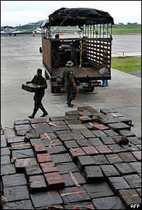 Policías colombianos descargando sacos de cocaína incautada en Tumacu, 14 junio 2008