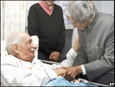 Sam Manekshaw (L) is greeted by former Indian President APJ Kalam at a military hospital in Wellington, India,  February 24 2007.