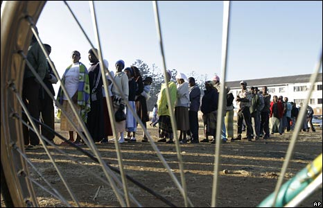 Zimbabweans line up to vote in Harare, 27 June 2008