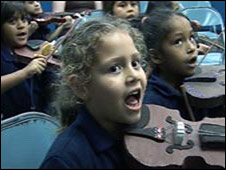 El Sistema youngsters playing the violin