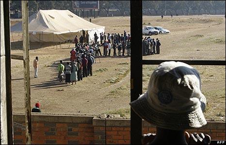 Zimbabwean watching queues to vote