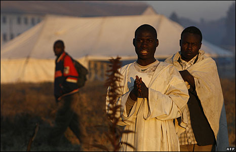 Members of Zimbabwe�s Apostolic Church pray outside a polling station in Harare, 27 June 2008