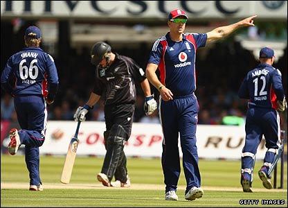 Kevin Pietersen makes a field change