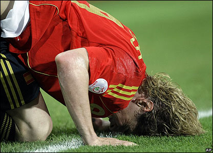 Spanish striker Fernando Torres shows his frustration