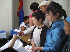 Queue to vote in Ulan Bator