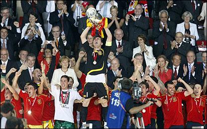 الفريق الاسباني الفائز باللقب يحمل الكأس