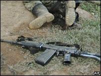 Un cuerpo yace cerca de un arma de fuego