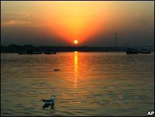 Sun rises over  the Ganges at Allahabad, 31 December 2005