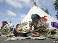 Оленевод Альбина Сопочина демонстрирует национальное искусство шитья