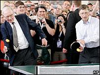Warren Buffett (izq) y Bill Gates jugando al ping pong.