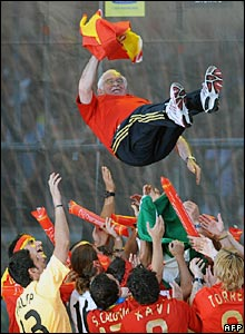 Spain's players throw coach Luis Aragones into the air