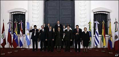 Los representantes de los 10 países participantes frente a la Casa de Tucumán