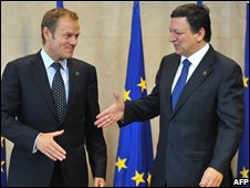 European Commission President Jose Manuel Barroso (r) shakes hands with Poland's Prime Minister Donald Tusk