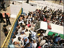 Palestinians crowd to leave Gaza via Rafah crossing