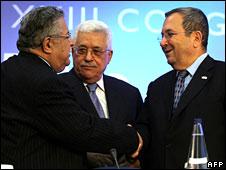 Iraqi President Jalal Talabani (L) shakes hands with Israeli Defence Minister Ehud Barak (R) as Palestinian President Mahmud Abbas (C) looks on, 1 July 2008