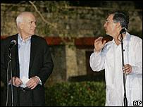 John McCain y Álvaro Uribe en rueda de prensa el 1 de julio en Cartagena