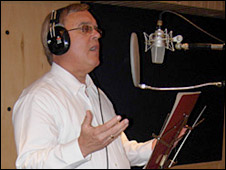 Ambassador James Cason recording his album (Photo: US embassy website)