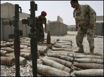 جنود عراقيون وذخائر واسلحة عثر عليها في العمارة