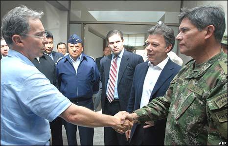 Colombian President Alvaro Uribe (L) congratulates Colombia's Armed Forces Commander Freddy Padilla de Leon (R) on 2 July 2008