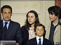 Nicol�s Sarkozy con la familia de Ingrid Betancourt.