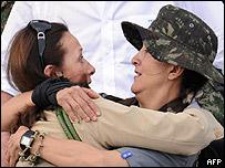 Yolanda Pulecio (izq) abraza a su hija, Ingrid Betancourt.