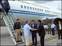 Presidente de Colombia, �lvaro Uribe, llega a Bogot� horas despu�s del rescate de los secuestrados.
