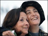 Ingrid Betancourt y su madre Yolanda Pulecio, tras la liberaci�n.