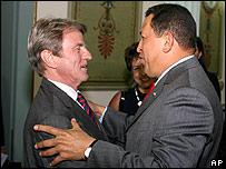 Hugo Ch�vez saluda al canciller de Bernard Kouchner en una reuni�n en Miraflores el 30 de abril de 2008