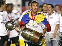 Patricio Urrutia sostiene la Copa en sus manos