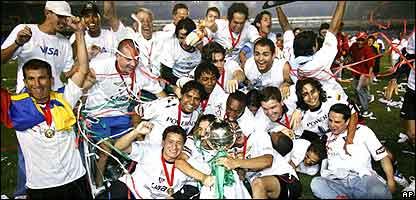 Jugadores de la Liga celebran el campeonato