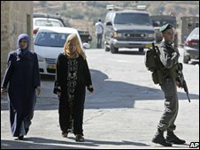 Israeli border policeman outside Dwayat family home