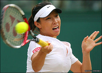 Zheng Jie hits a forehand against Serena Williams