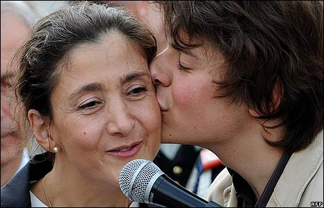 Lorenzo kisses his mother, Ingrid Betancourt