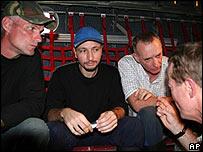 De izq. a der.: Keith Stansell, Marc Gonsalves y Thomas Howes el 2 de julio de 2008