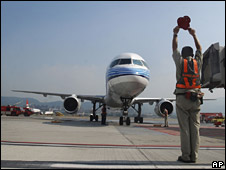 Ground crew in Taipei bring in one of the planes arriving from China on 4 July 2008