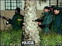 Polic�as durante la toma a la embajada japonesa en Lima.