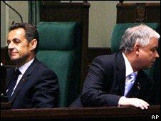 French President Nicolas Sarkozy (L) and Polish President Lech Kaczynski