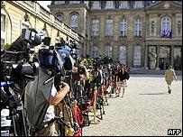 Periodistas aguardan la salida de Ingrid Betancourt del Palacio del Elíseo.