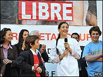 Ingrid Betancourt y su familia durante los festejos frente a la municipalidad de Par�s.