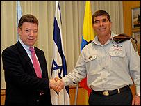 Juan Manuel Santos y Gabi Ashkenazi, jefe del ejército de Israel en febrero de 2008. Foto del portavoz militar israelí.