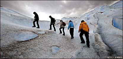 Turistas caminado sobre el glaciar Perito Moreno en febrero de 2008