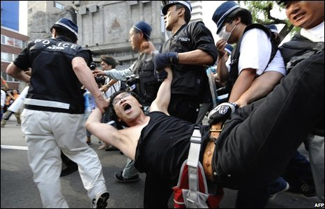 Police detain an anti-G8 activist during a demonstration in Sapporo, Japan (05/07/2008)