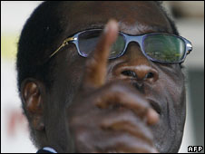 Robert Mugabe addresses supporters at Harare airport, 4 July 2008