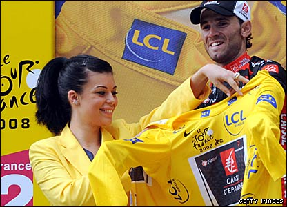 Alejandro Valverde tries on the yellow jersey