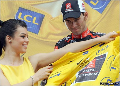 Alejandro Valverde is presented with the yellow jersey