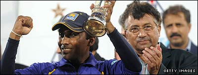 Sri Lanka skipper Mahela Jayawardene receives the Asia Cup
